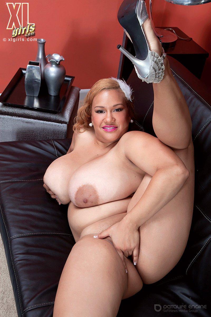 Голая дама показала массивные груди