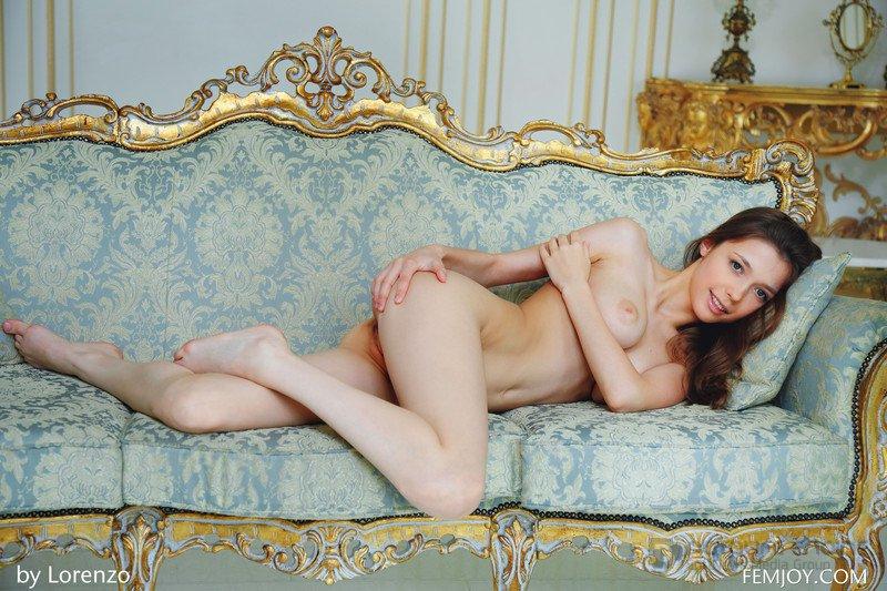 Милая девушка с красивыми грудями