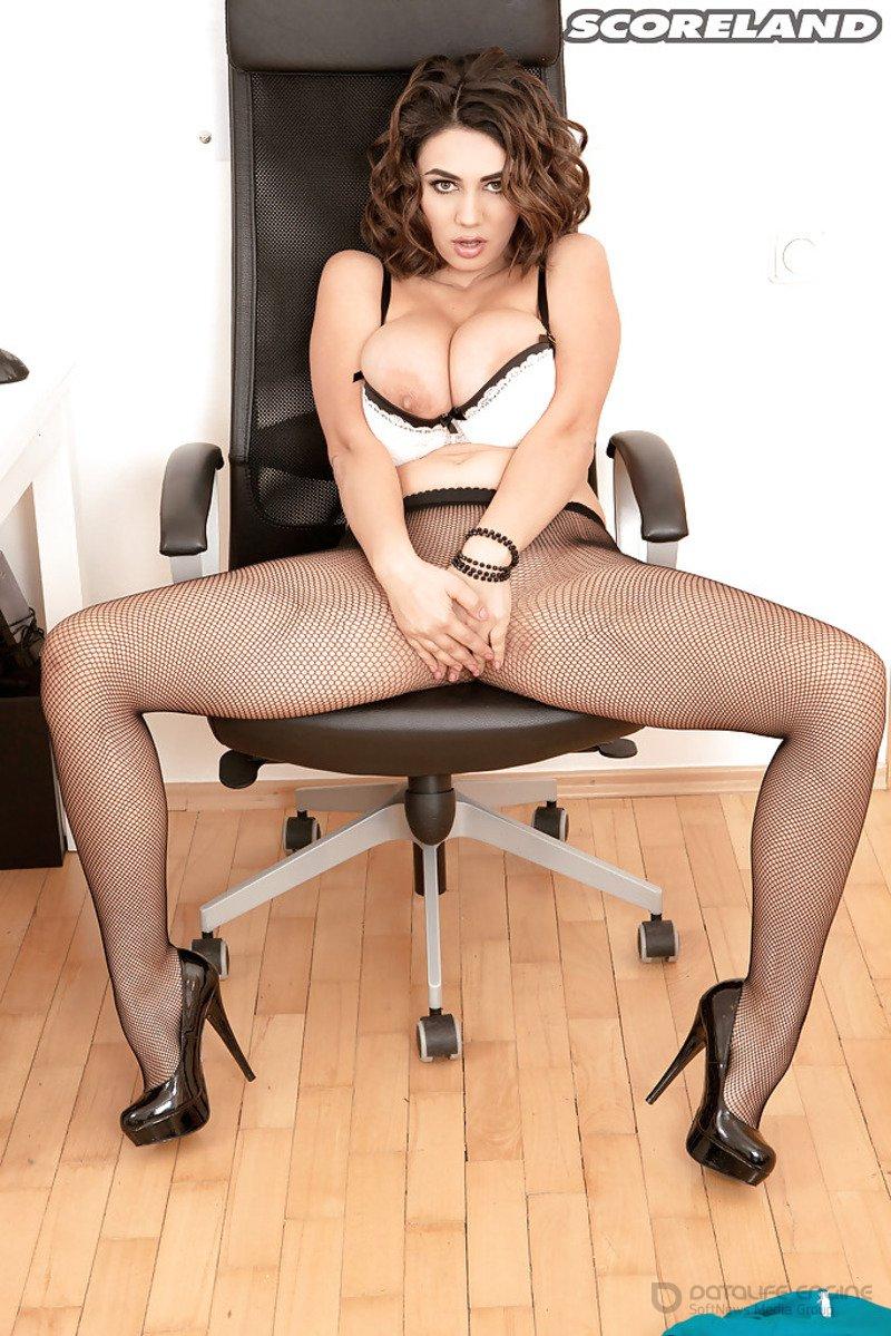 Секретарша с натуральными дойками раздевается