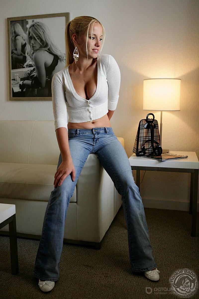 Красивая легкая эротика от обнаженной блондинки