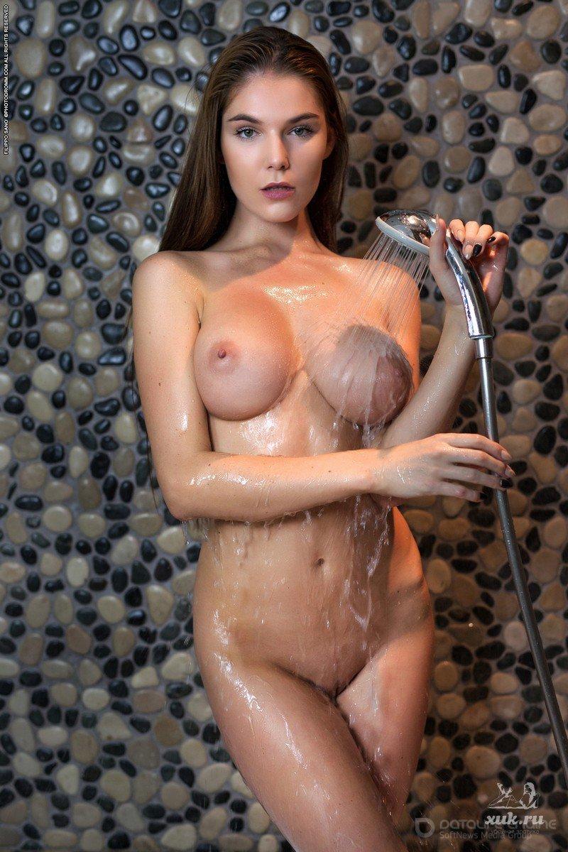 Самые крутые сиськи голой девушки в ванной