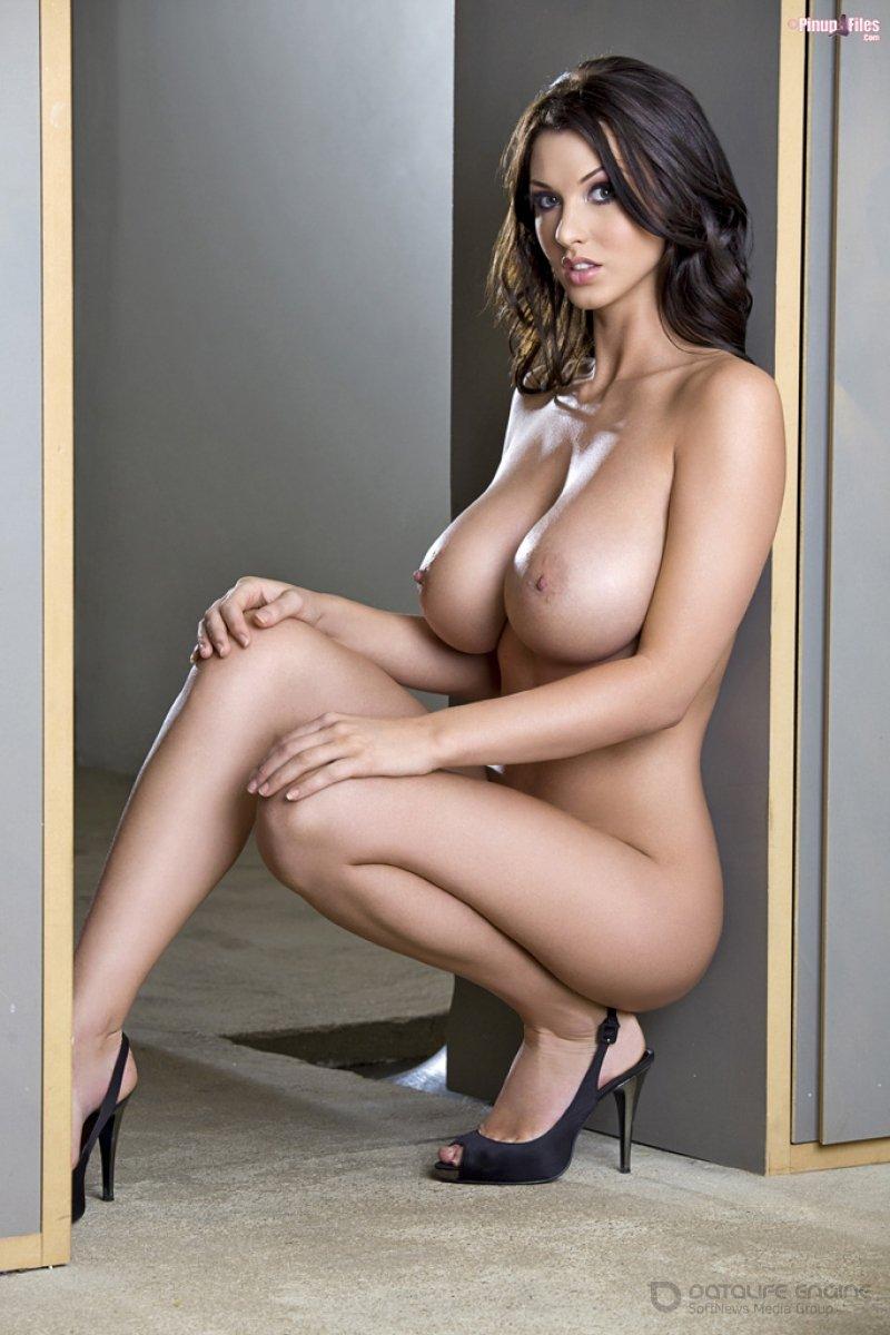Красотка показала голые и большие сиськи