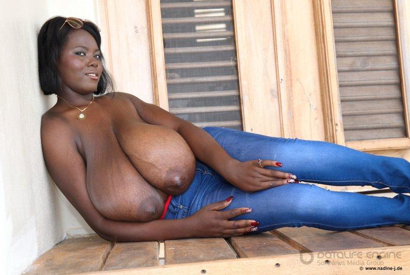 Мулатка обнажила гигантскую грудь (фото)