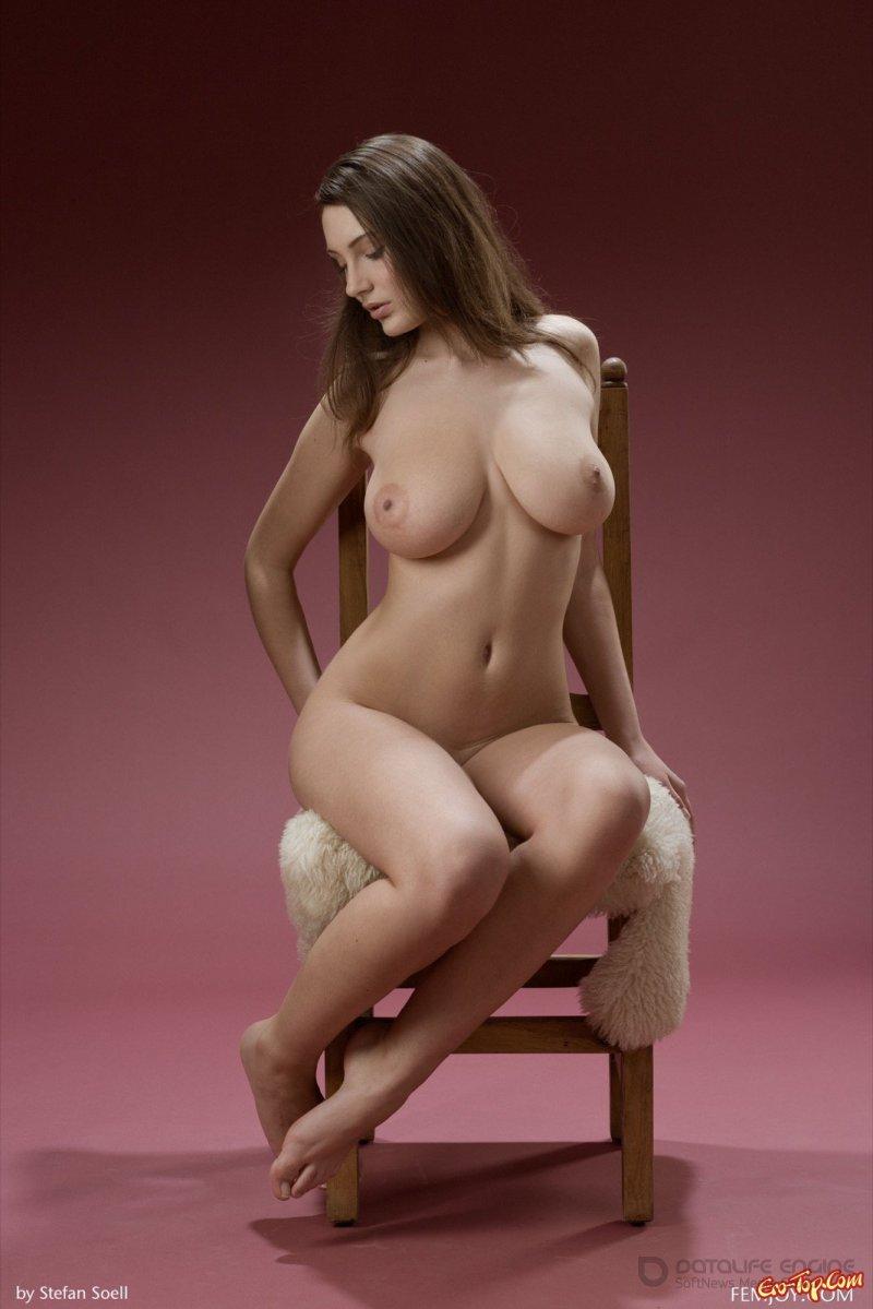 Девушка с крутыми голыми сиськами на стуле