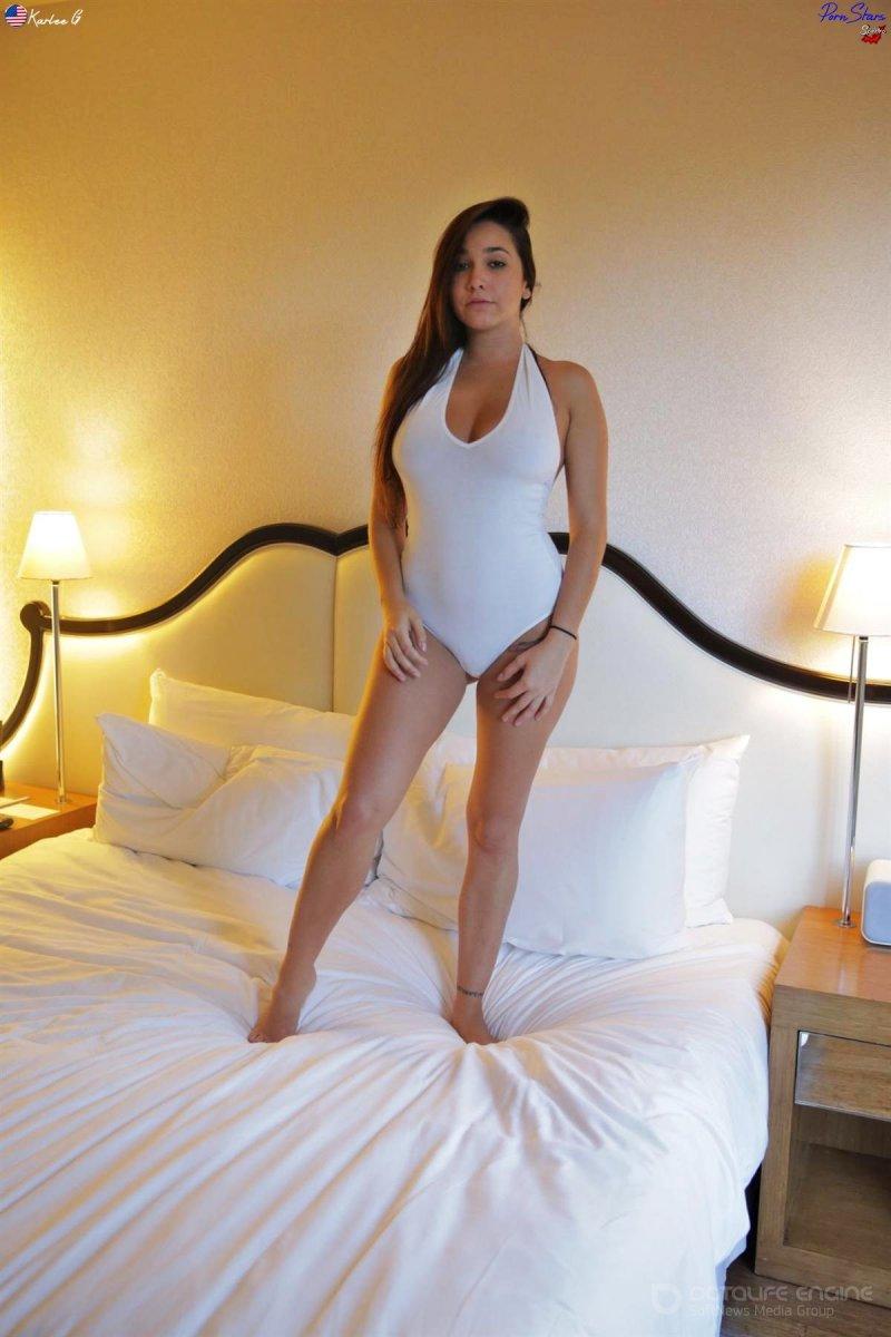 Обнаженная студентка попозировала в спальне