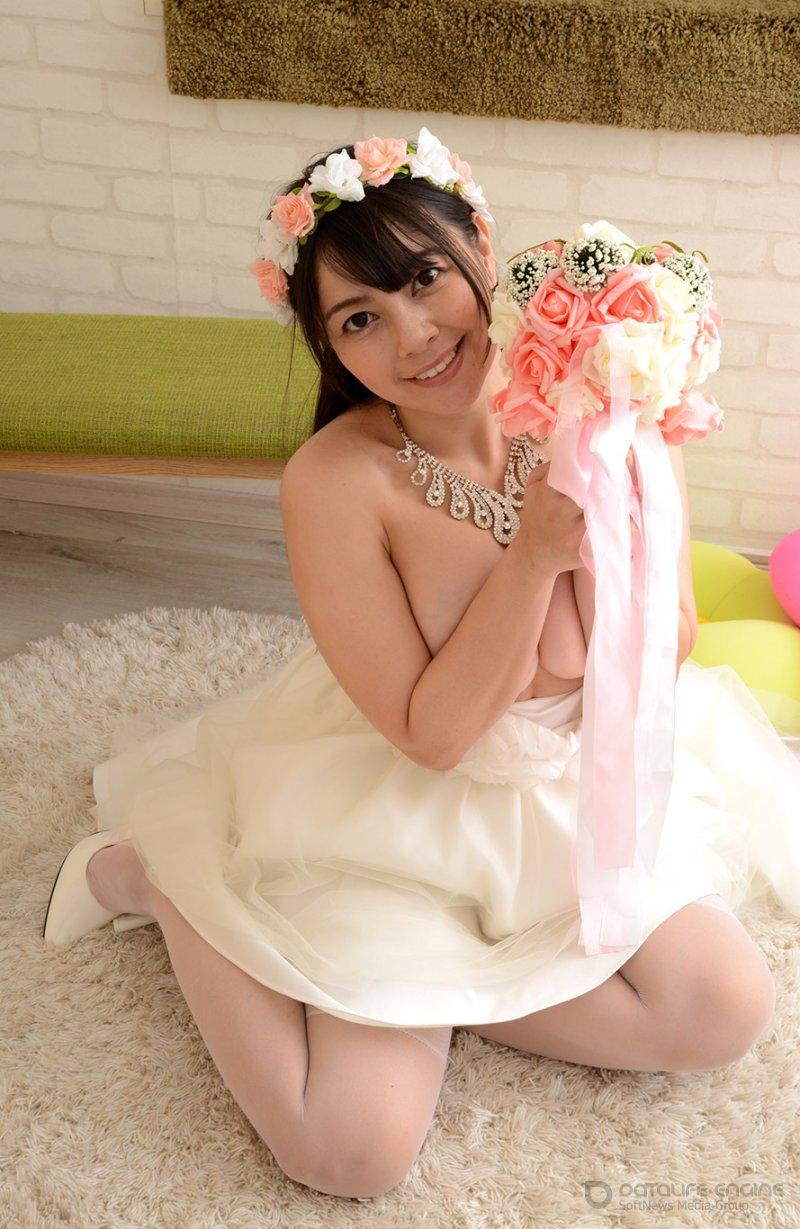 Симпатичная азиатка раздевается для жениха