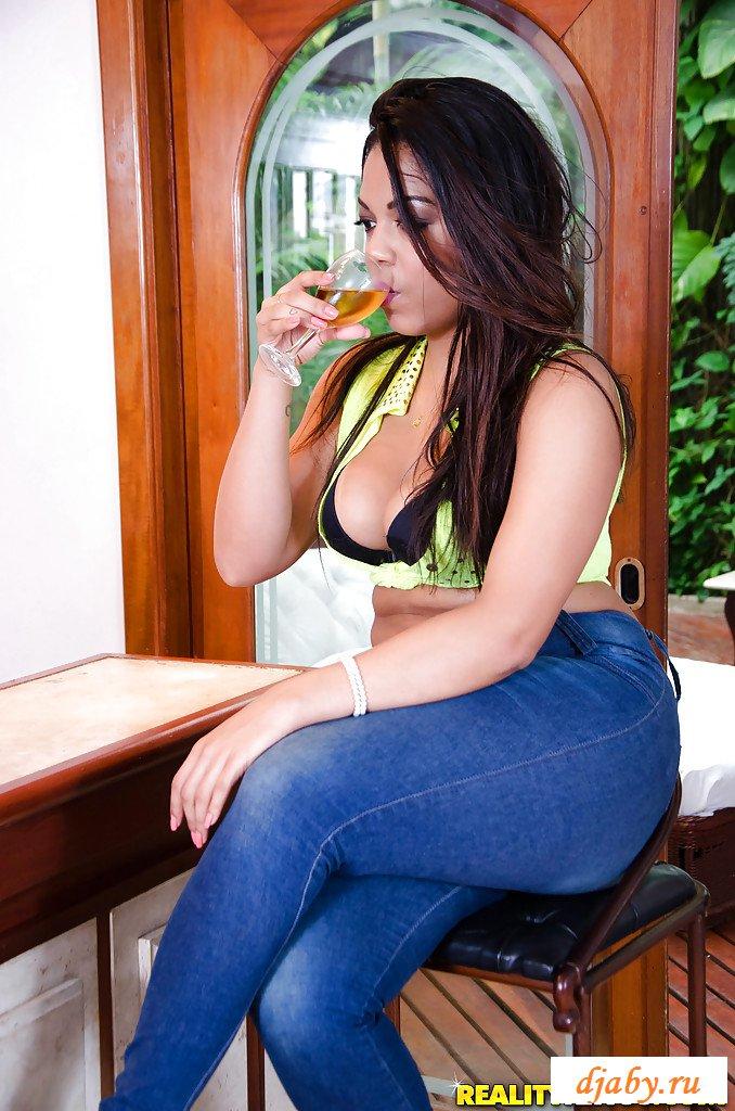 Из Бразилии голая девушка в джинсах (фото)
