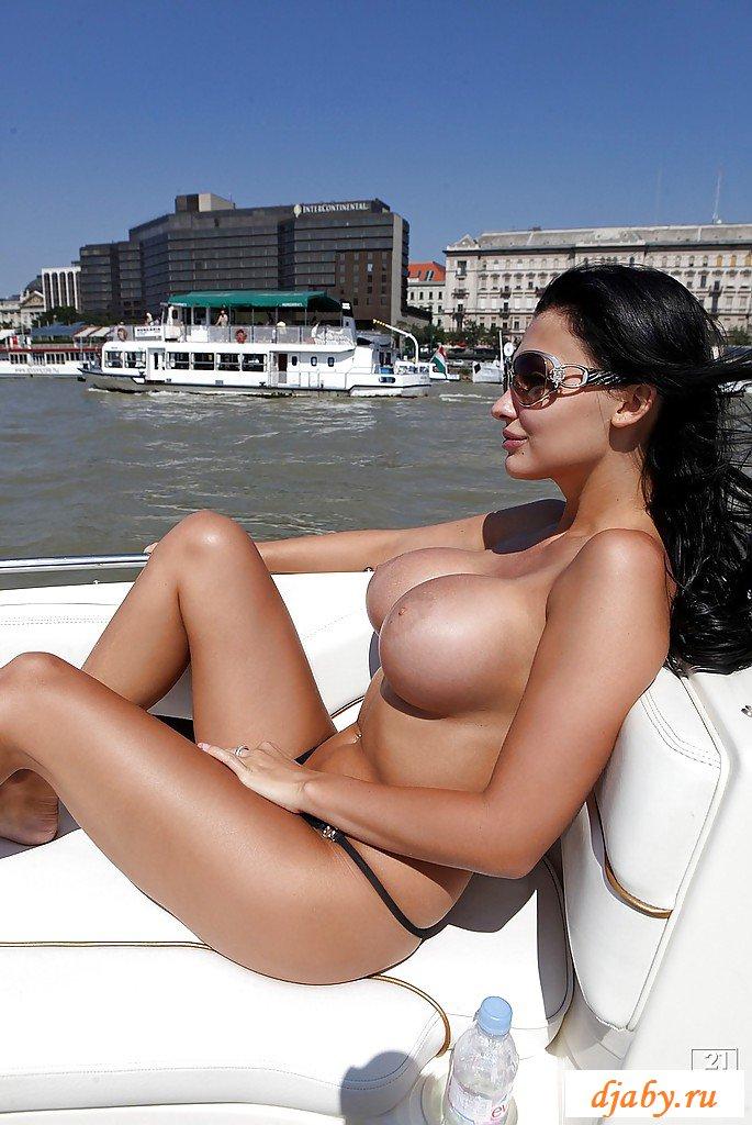 Раскрыла голые силиконовые сиськи на яхте
