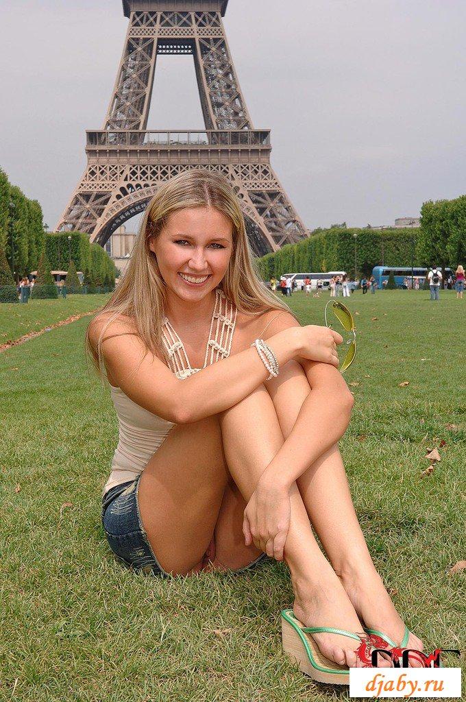 Сексуальная француженка гуляет по Парижу с голыми гениталиями