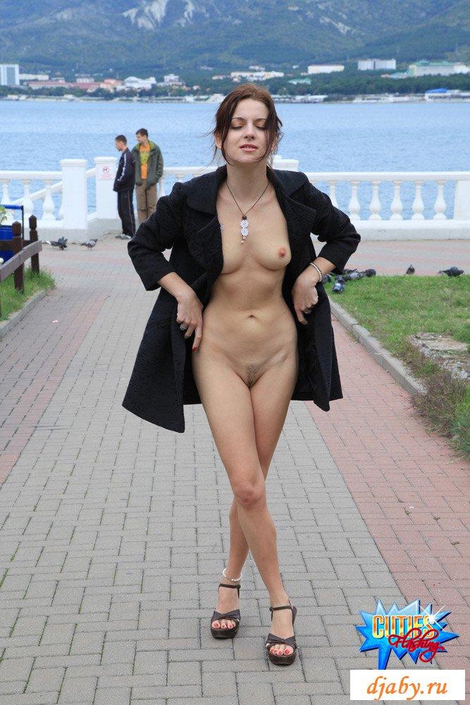 Прогулка и эротическое фото гуляющей развратницы на набережной