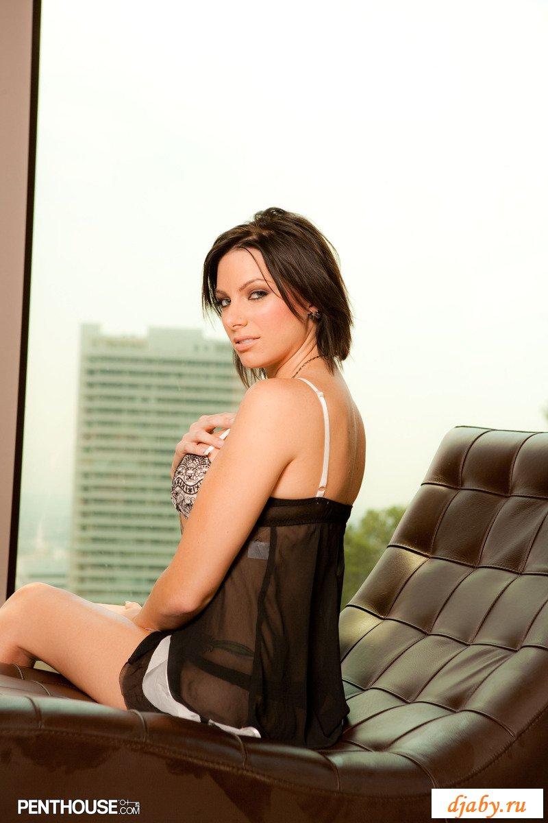 Актриса Juelz Ventura обнажается на кожаном лежаке