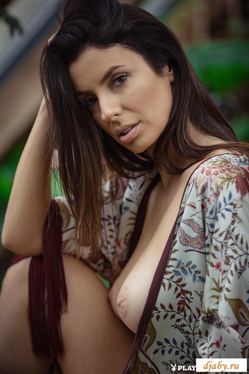 Аппетитная модель Playboy раздевается в ботаническом саду