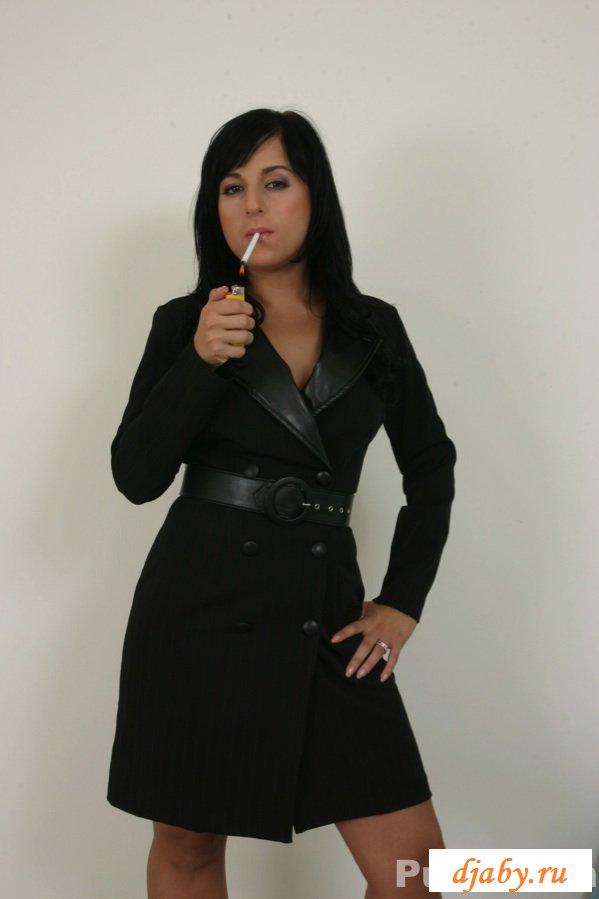 Во время эротической фотосессии брюнетка взялась за сигарету