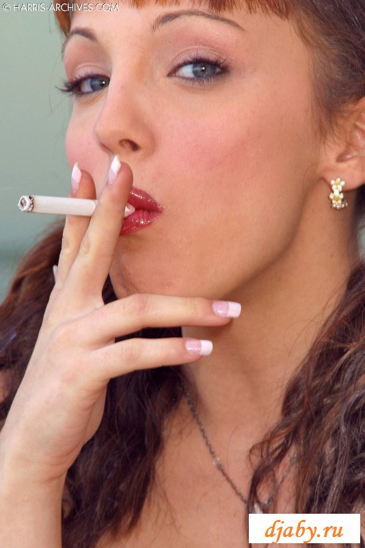 21-летняя сучка с косичками курит и раздевается