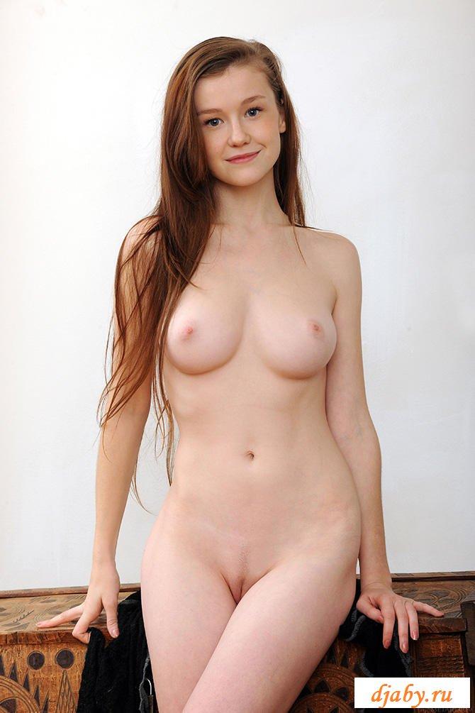 Милая деваха с обнаженной грудью и большими бедрами