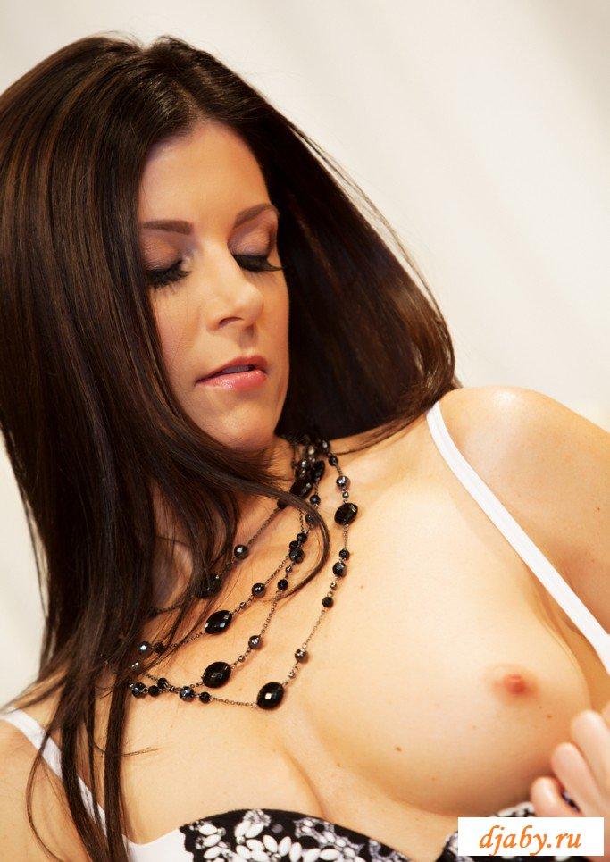 Эффектная и голая дама красиво трахается с поклонником