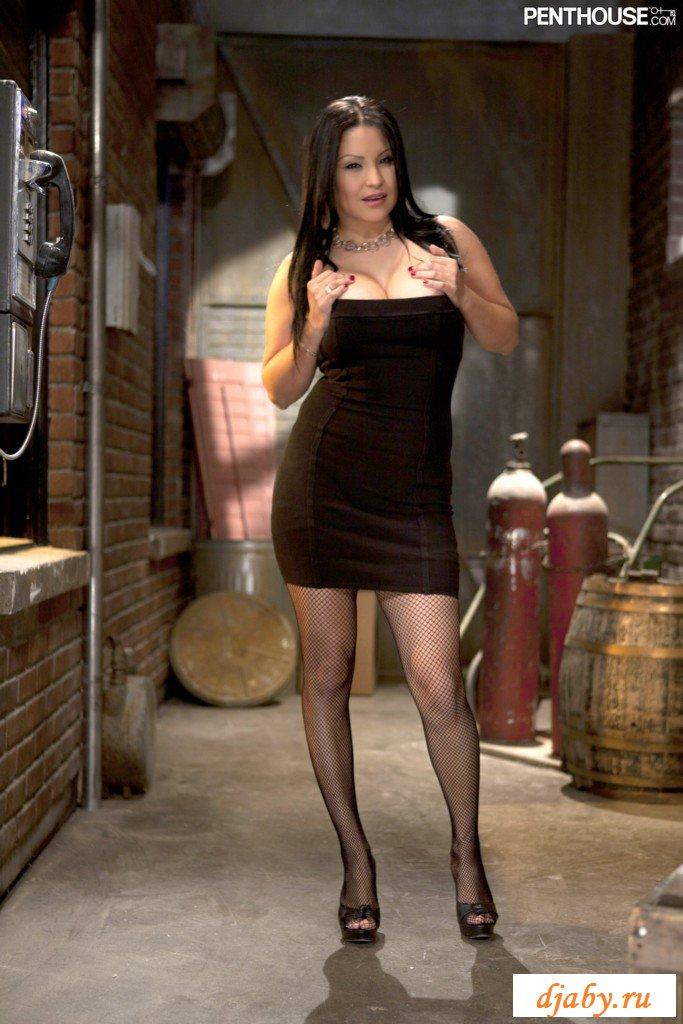 Секс с гламурной девушкой на высоких каблуках и в коротком платье