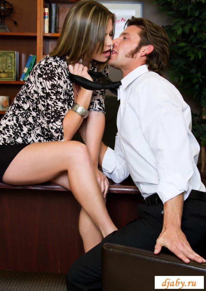 Порно с гламурной и эротичной телкой прямо на столе