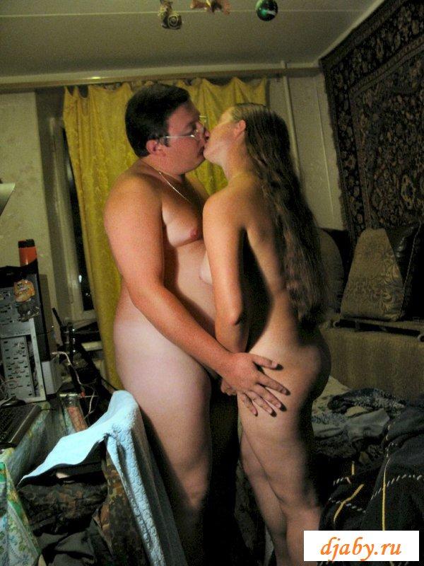 Голая девушка и толстый парень устроили прекрасные поебушки
