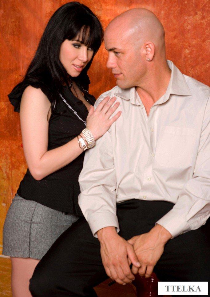 Сексуальная продавщица кокетничает с посетителем и ебется в ухоженную киску
