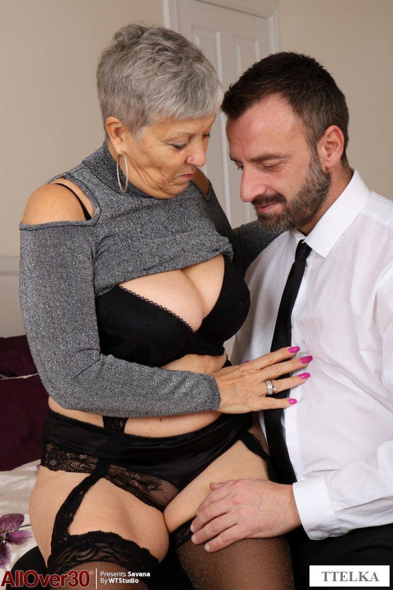 Сексуальная бабушка хвалится прелестями перед любовником - порно фото
