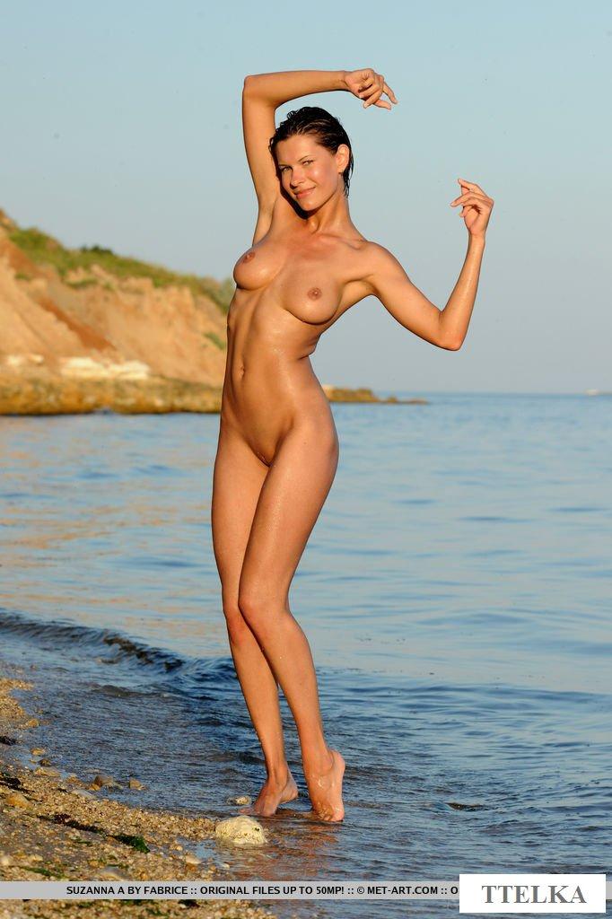 Голая модель без купальника на пляже